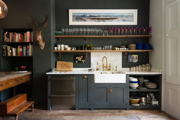 深灰色廚櫃與白色大理石水槽加黃銅水龍頭