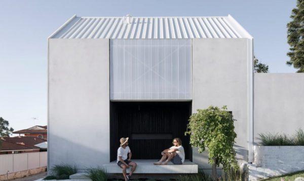 灰色水泥建築正門口坐著兩個男人