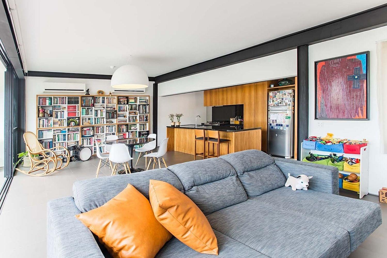 淺藍色布質沙發搭配橘色皮質抱枕加一隻小布偶狗狗