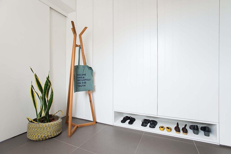 玄關衣架、白色收納櫃及鞋櫃