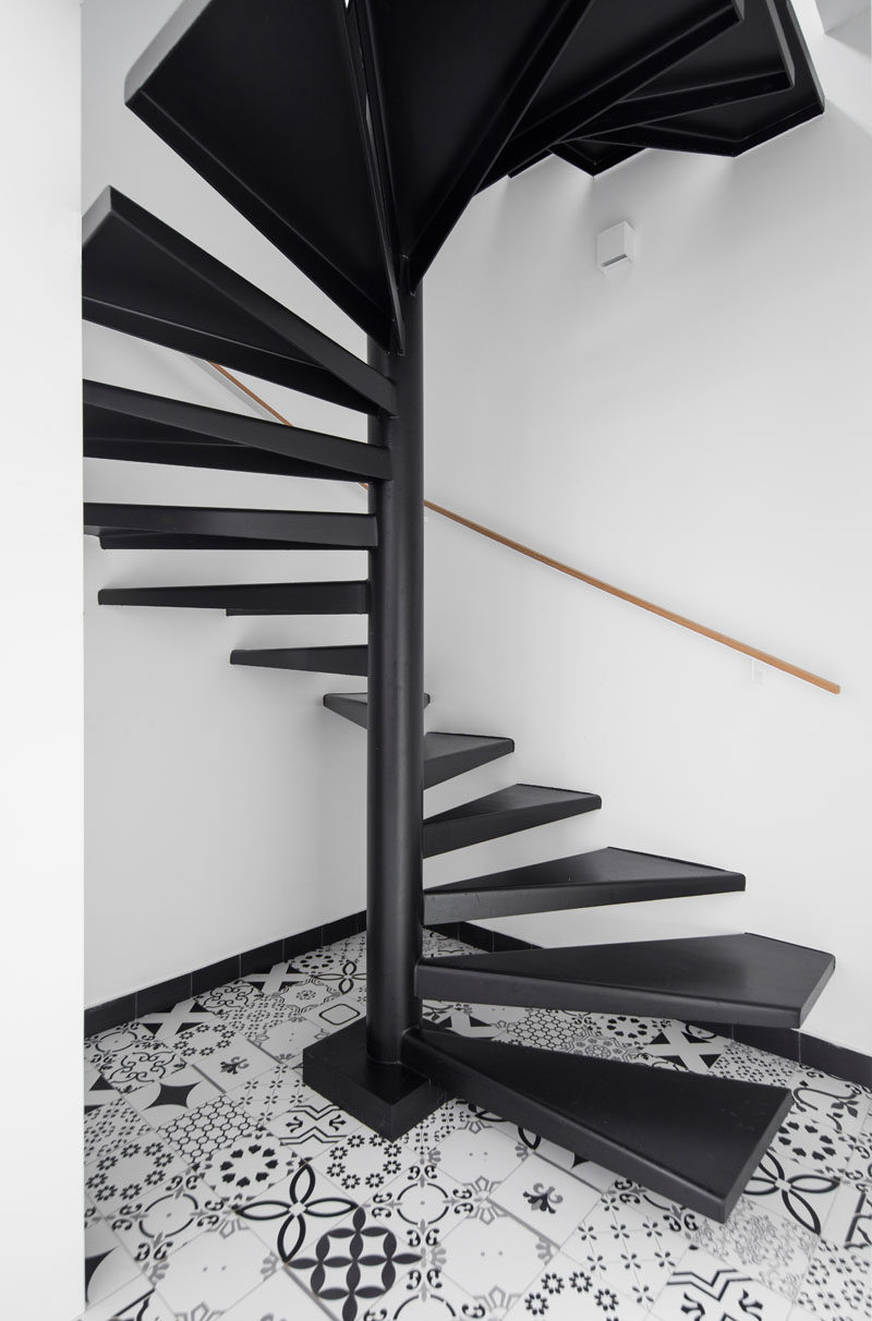 5bab04fa0777dmodern-black-stairs-patterned-tile-250918-127-07-800x1212