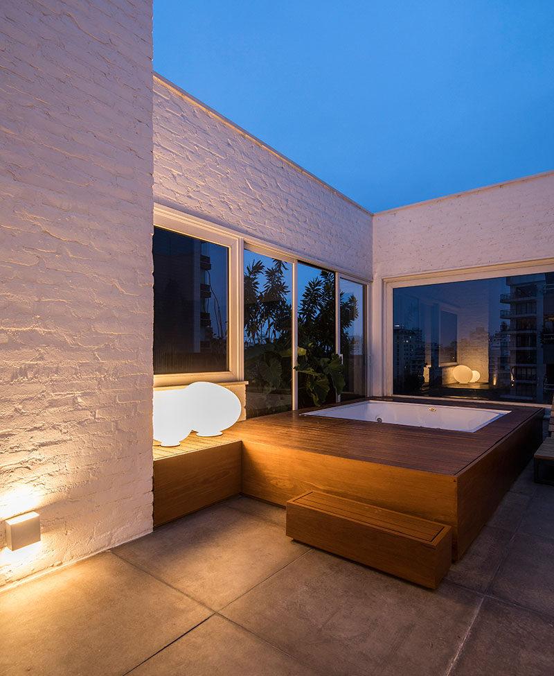 5bab04f9128ebmodern-outdoor-patio-hottub-spa-250918-127-06-800x975