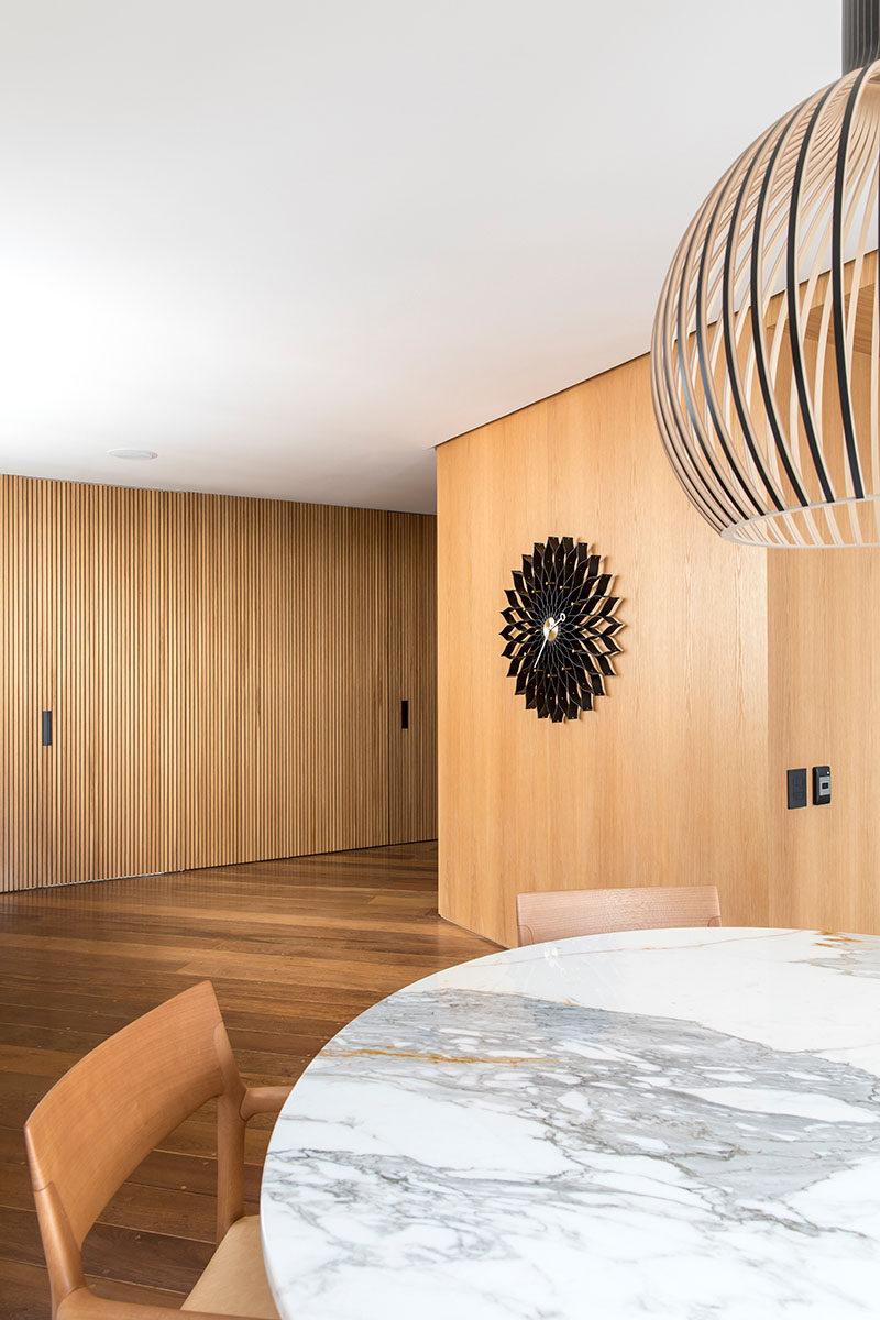 5bab04fc87fd6modern-wood-walls-250918-134-09-800x1200