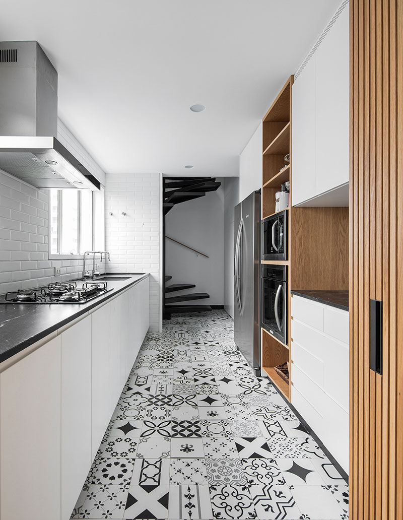 5bab04fad8874white-wood-kitchen-with-patterned-tile-floor-250918-134-08-800x1032