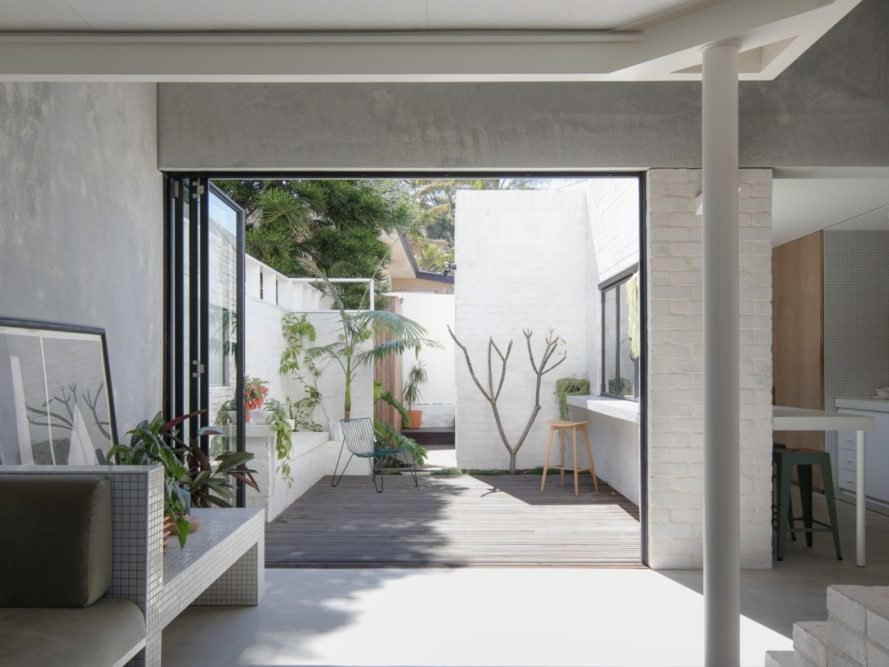 二層樓水泥房一樓黑色框可折落地窗門通到花園