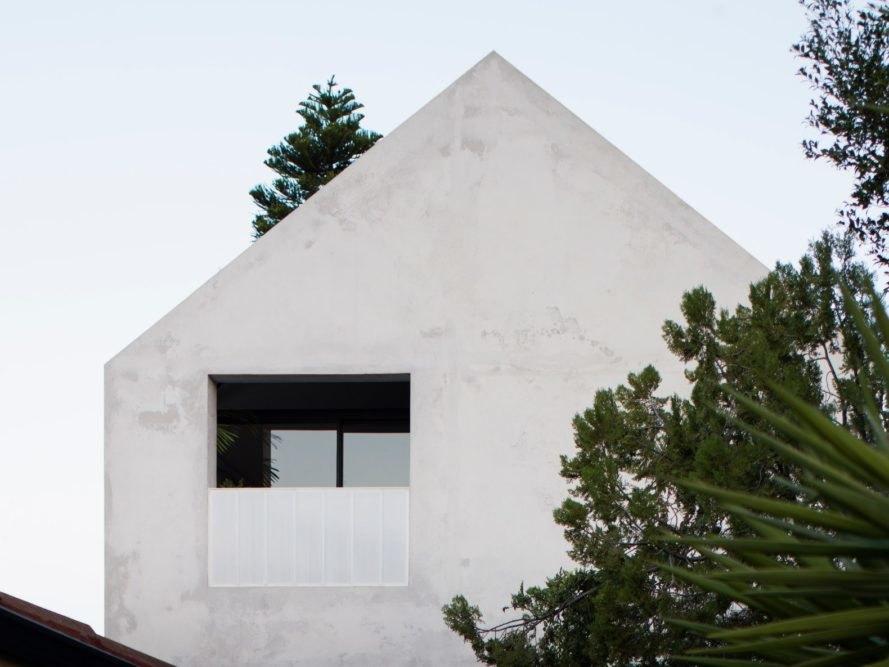 水泥尖屋頂建築側面開窗