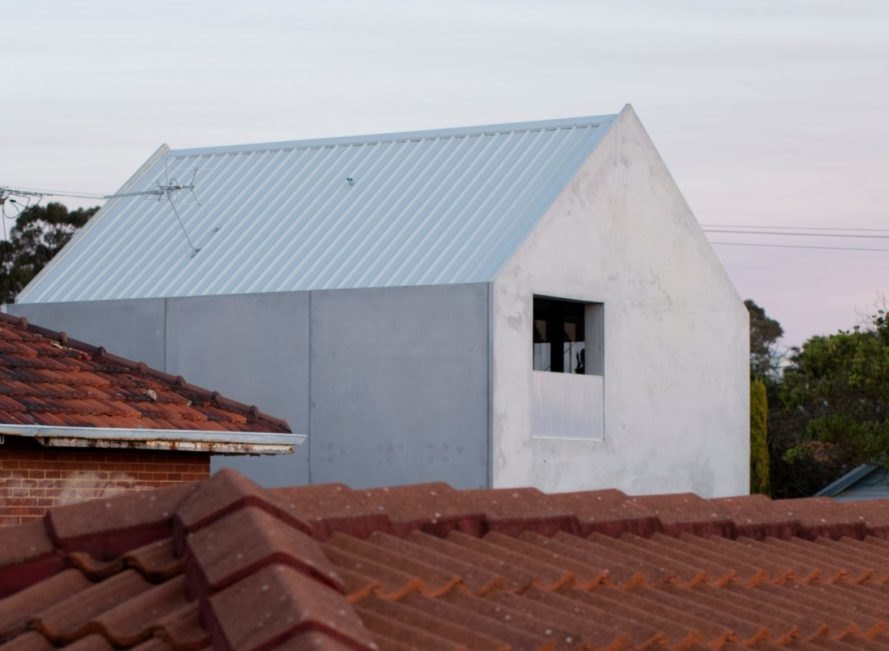白色尖斜屋頂配水泥外牆