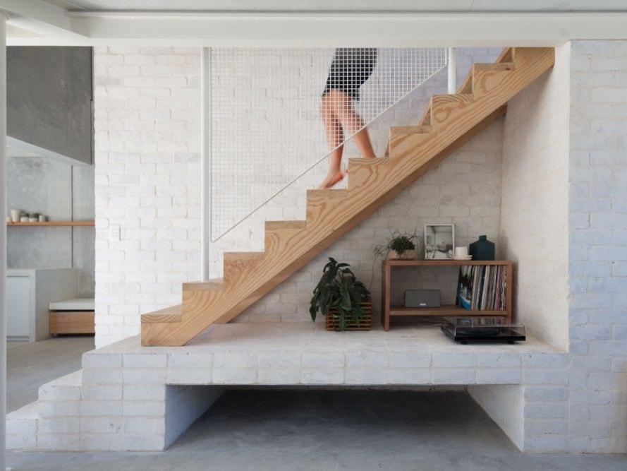 厚實木頭實木樓梯加白色網狀扶手