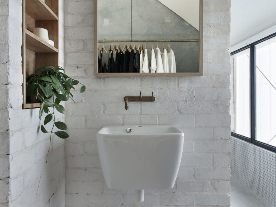 白色磚牆浴室懸空洗臉盆