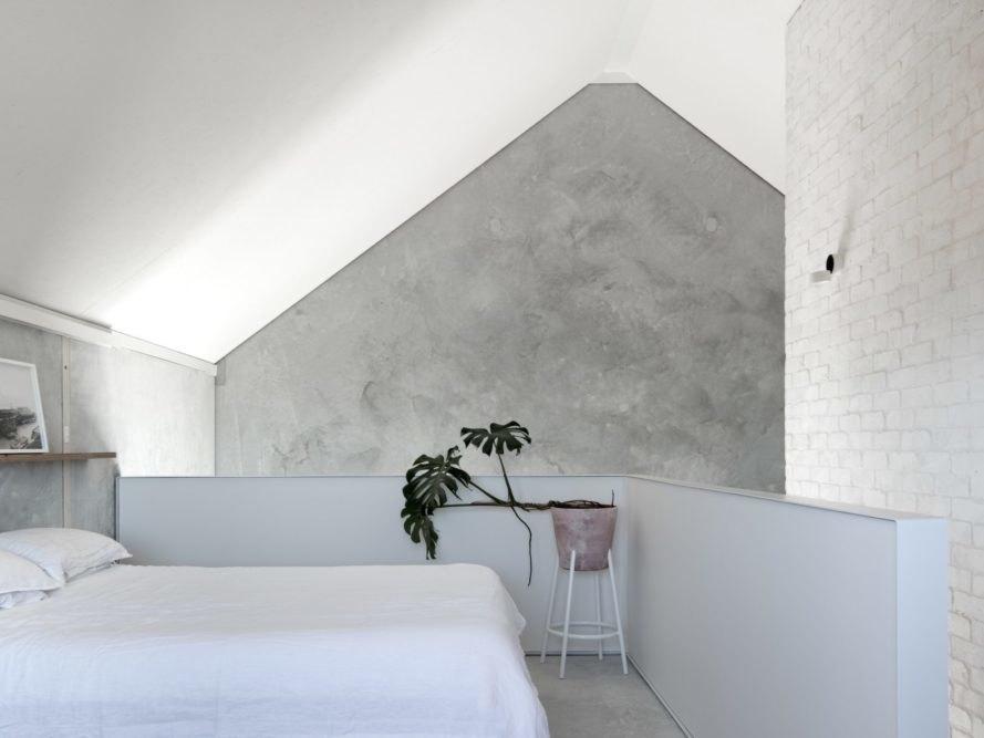 水泥室內二樓臥房白色文化石牆