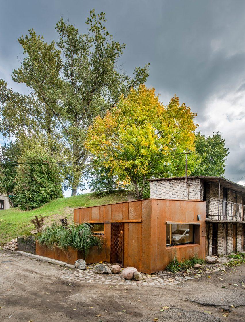 5c6620bbacf37garage-indre-mylyte-architecture-residential-garage-corten-steel-lithuania_dezeen_2364_col_0-852x1117