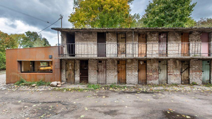 5c6620bb0d615garage-indre-mylyte-architecture-residential-garage-corten-steel-lithuania_dezeen_2364_hero-852x479