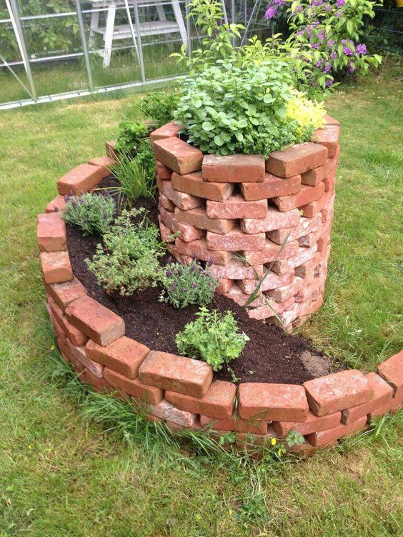 紅磚螺旋堆砌花圃