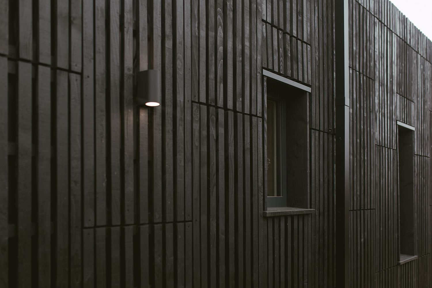 5d22f04c7ddf3Dark-box-shaped-exterior-of-the-house-in-Bicester