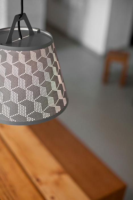 介紹可以讓人DIY創作出專屬自己光線樣式的桌面檯燈。
