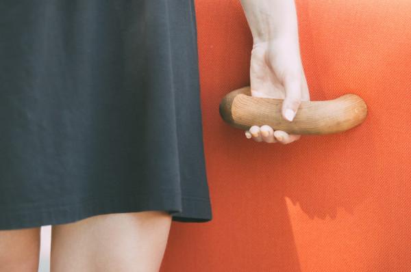 美女手握把手