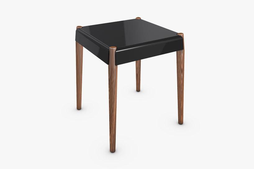 核桃木材質的椅子腳和黑色外觀