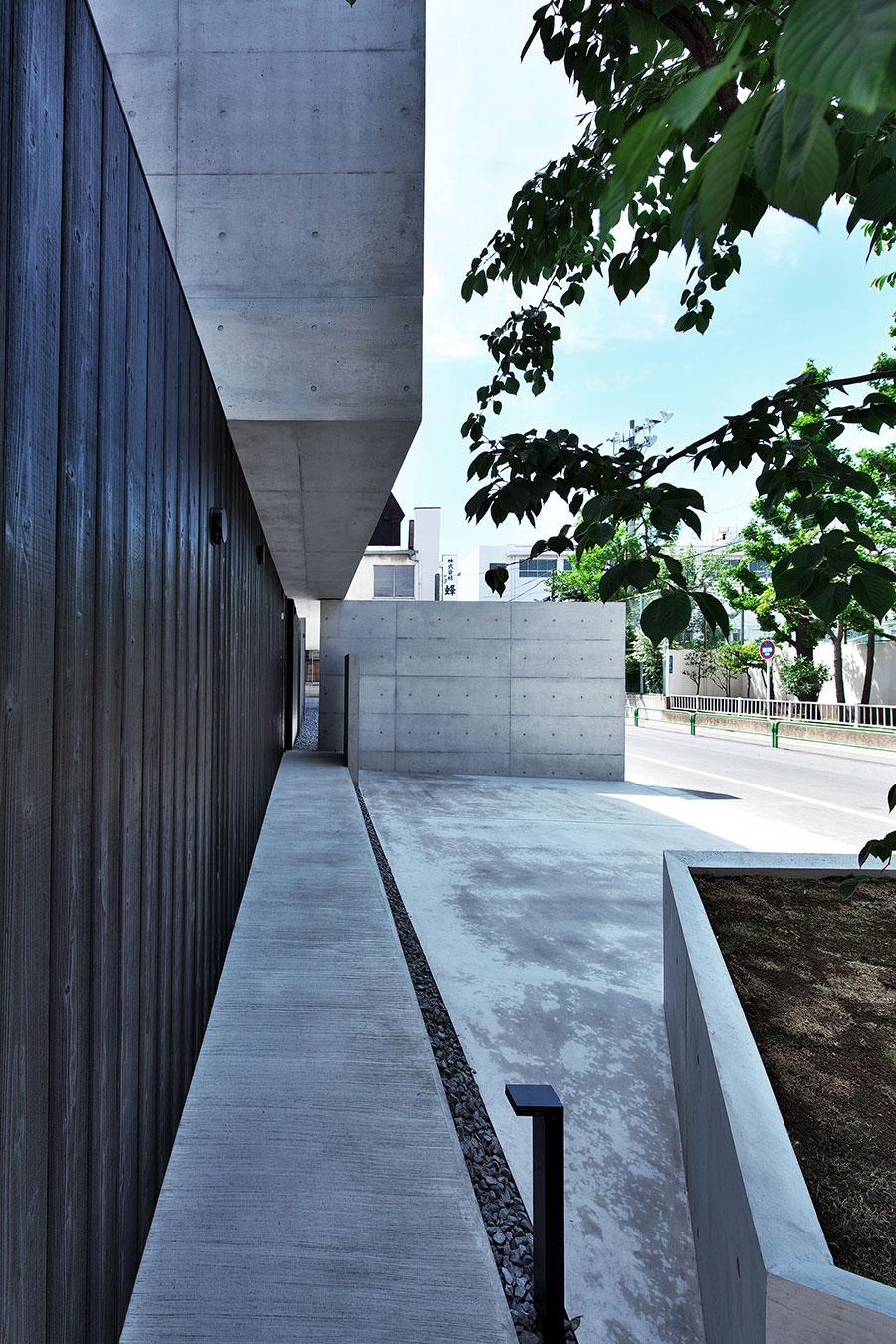 寺廟外馬路與圍牆