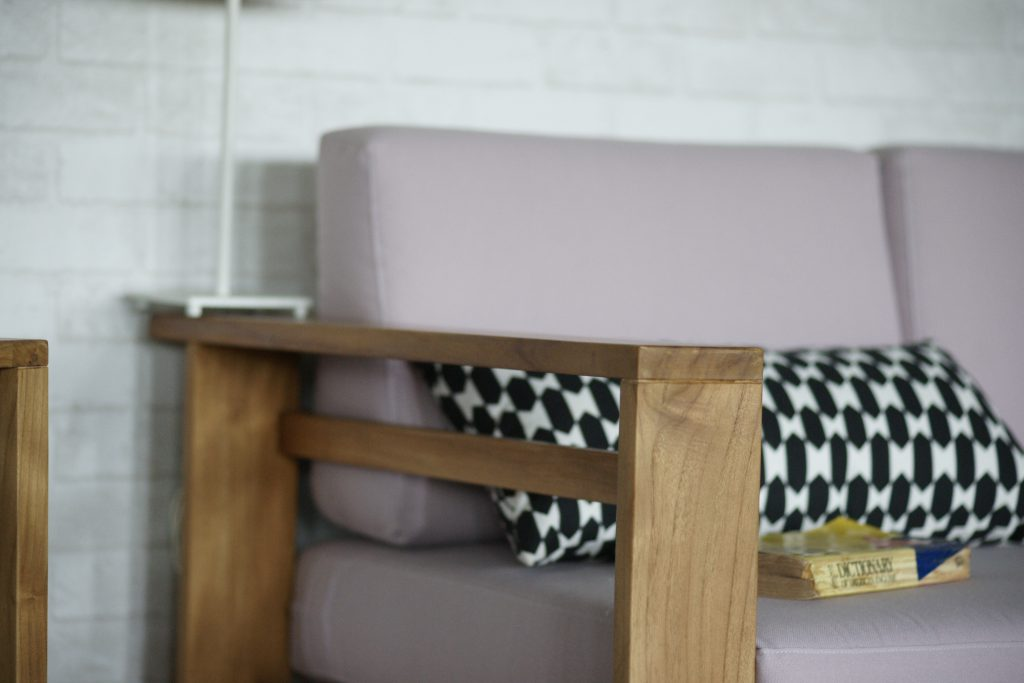 柚木沙發扶手細節照片 黑點抱枕