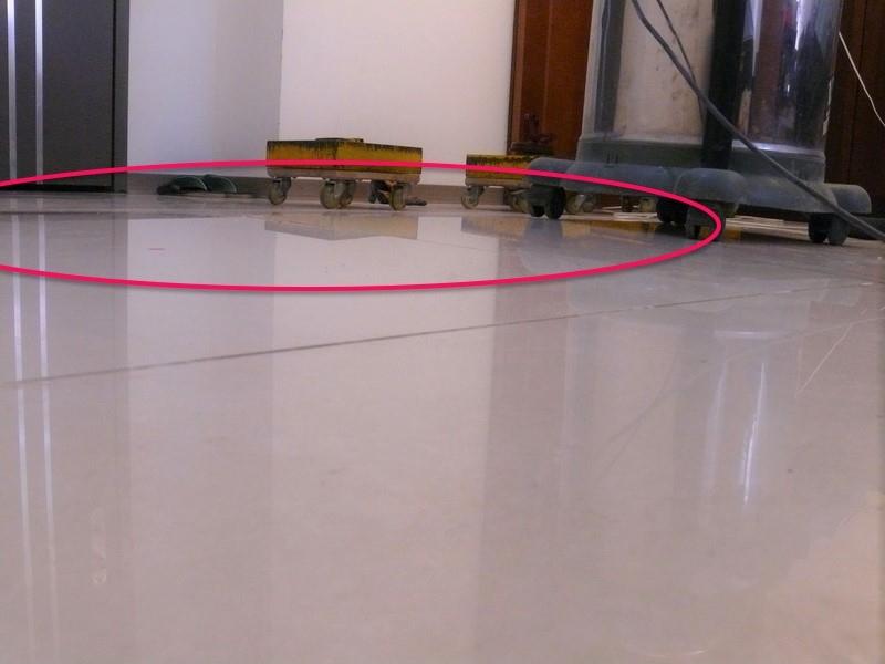 微微隆起的膨拱位置,就在門口旁邊