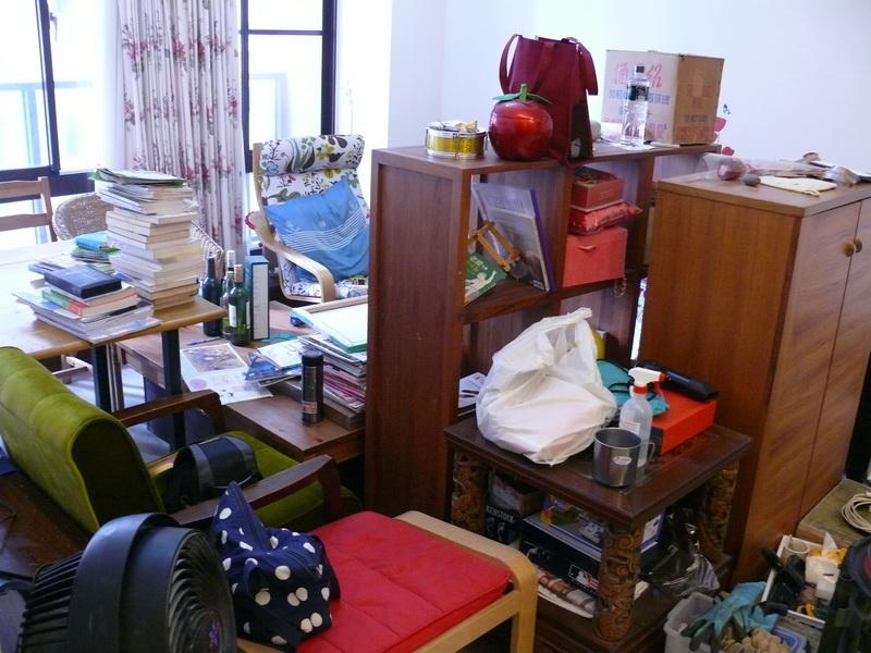 一堆凌亂的家具