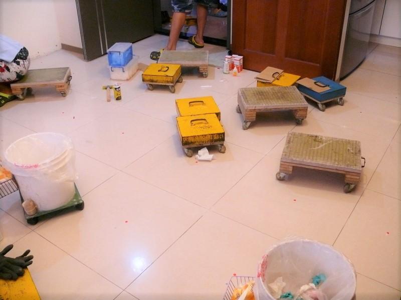 把清理乾淨後的地確放回去原本的位置
