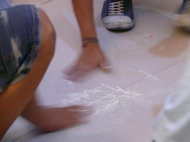 在地板上玩麵粉