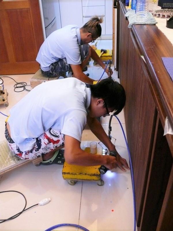 正在灌注EPOXY修理地板膨拱