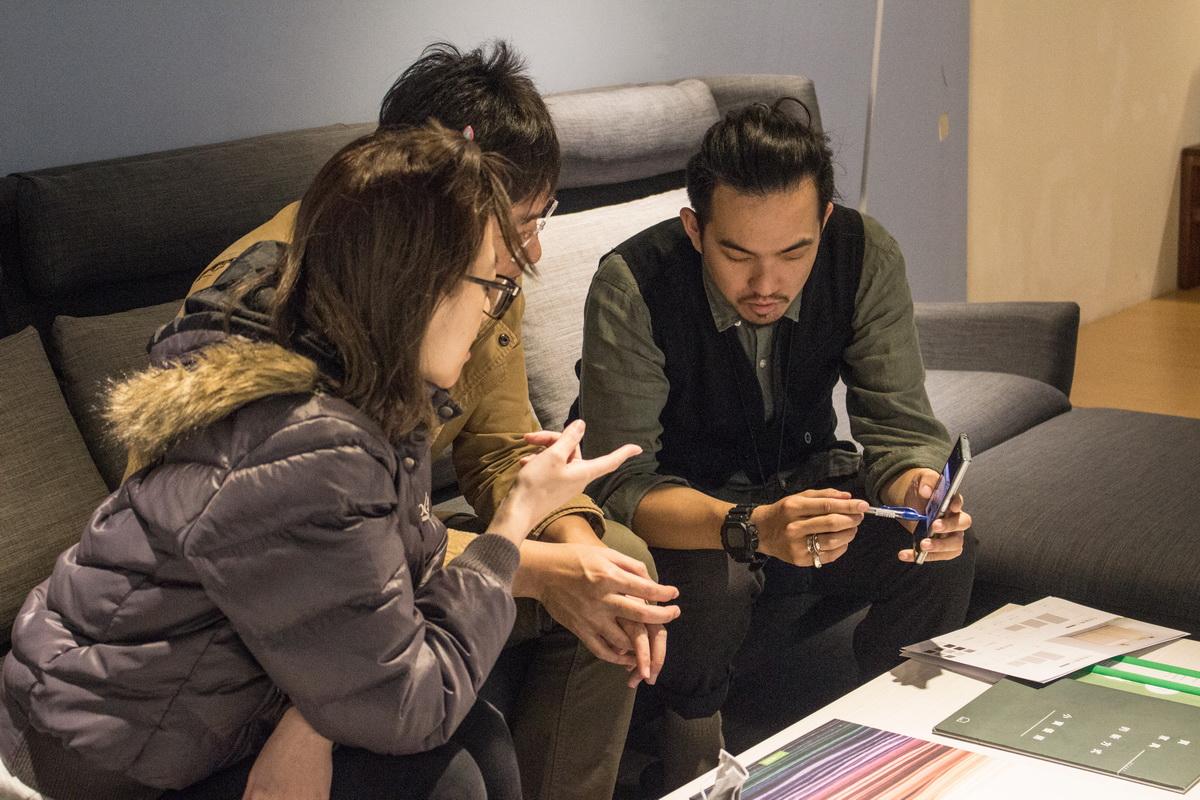 居家規劃師與業主使用手機溝通