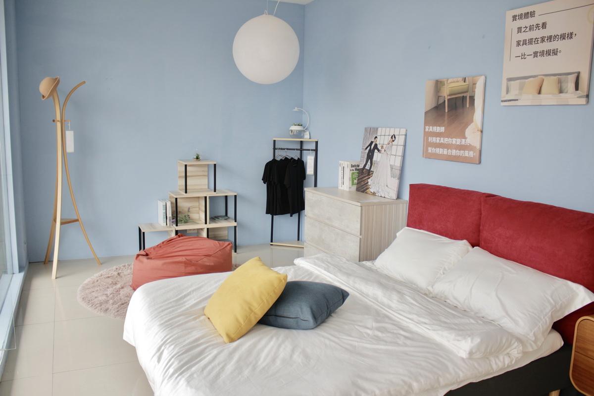 淺藍色牆面搭配紅色床板的臥室照片