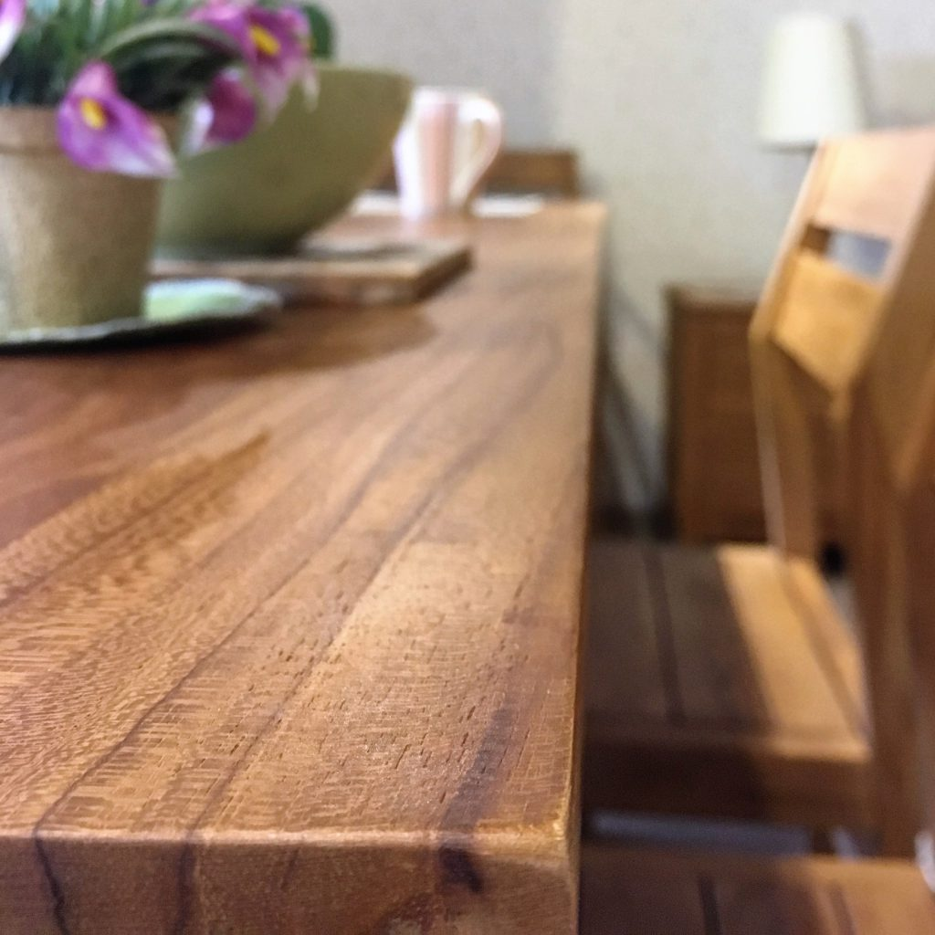 深色柚木桌子擺飾