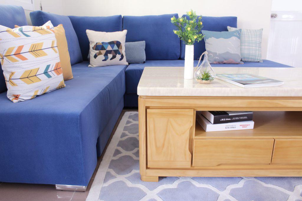 藍色沙發,黃色抱枕