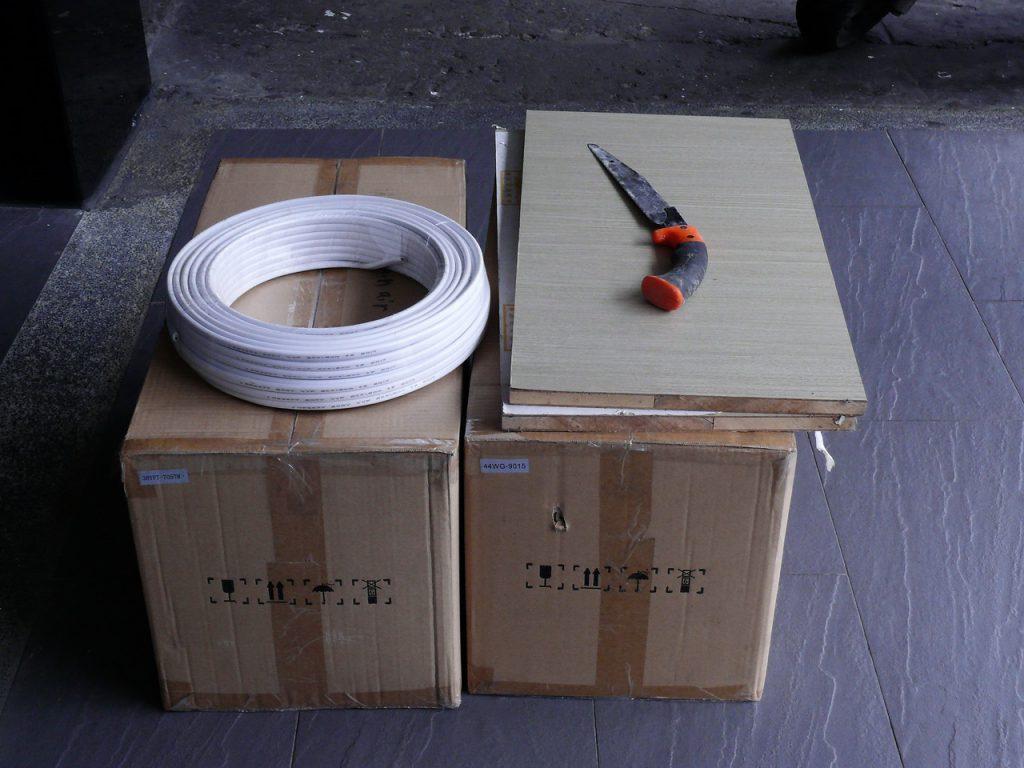 吊扇裝在箱子裡等待水電師傅安裝