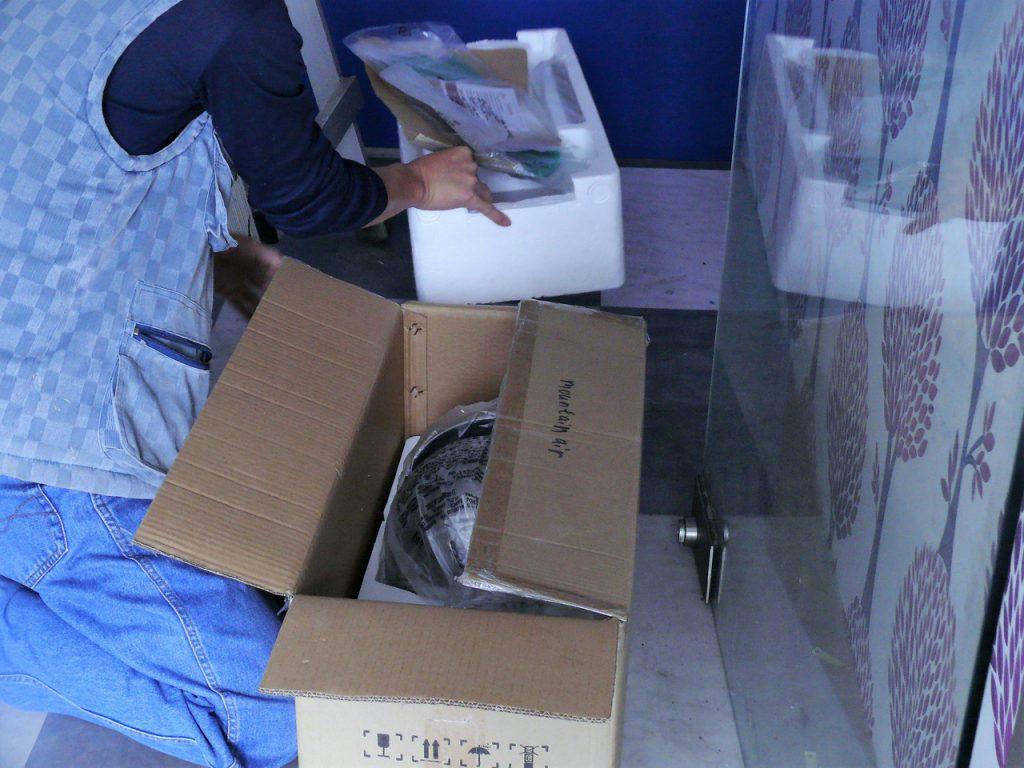 藍芽設計吊扇打開箱子