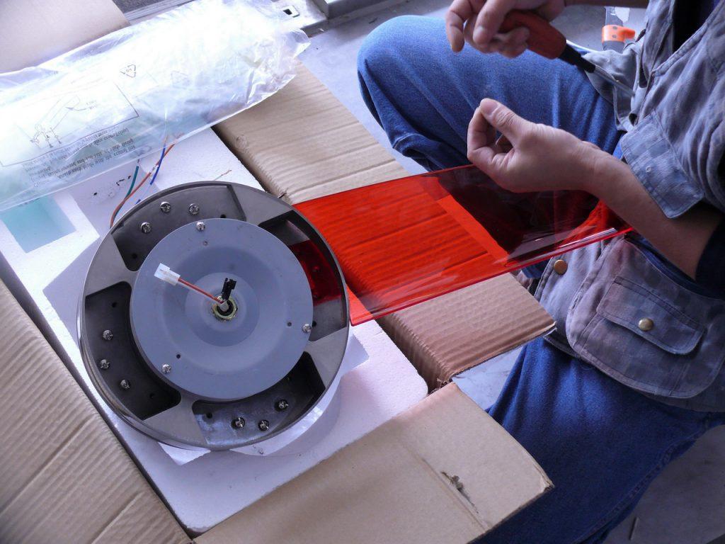 將吊扇透明扇葉鎖附固定在吊扇馬達上