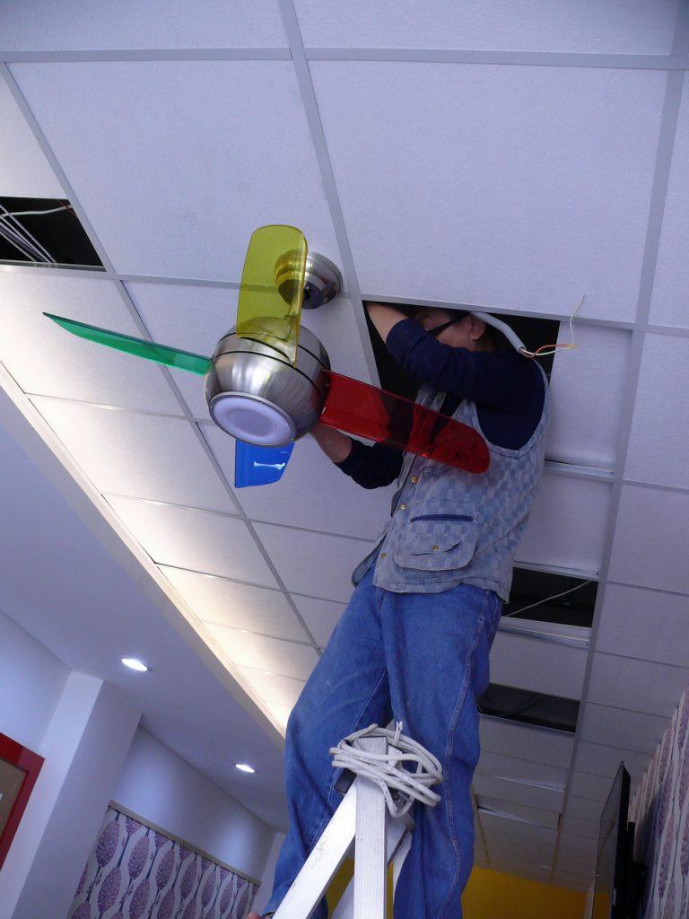 從旁邊輕鋼架天花板進入接吊扇電源
