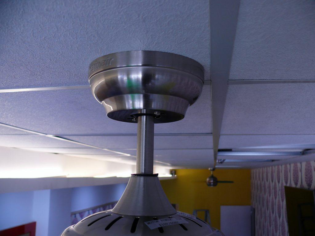 吊扇連結天花板照片