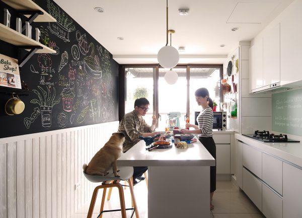 白色,廚房,吧台,黑板牆,壁掛層架