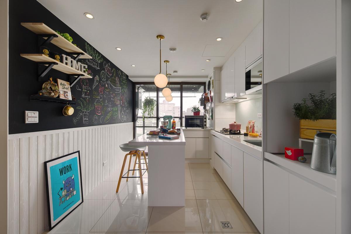 白色廚房,白色吧台,白色流理台,白色木柵欄壁板裝飾