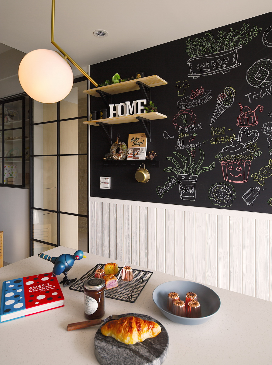 廚房牆面加上黑板