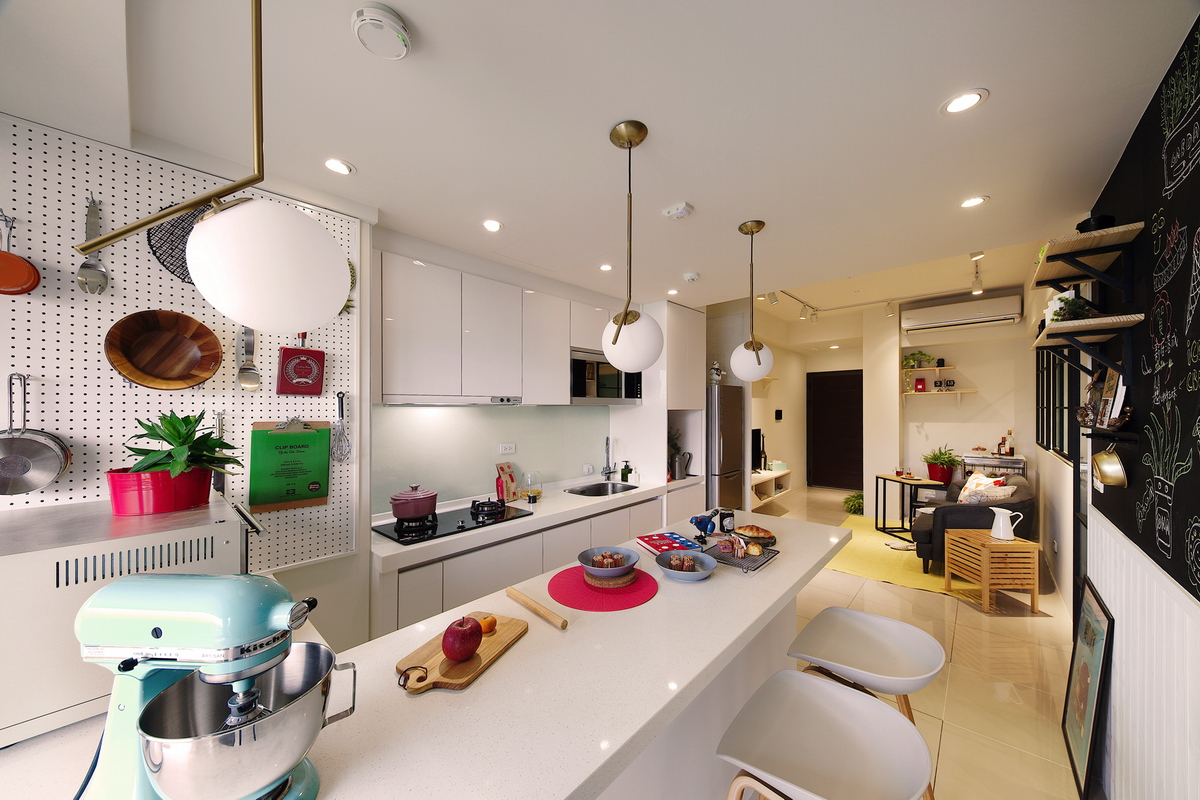 食物攪拌機,砧板,紅色餐墊,白色圓吊燈