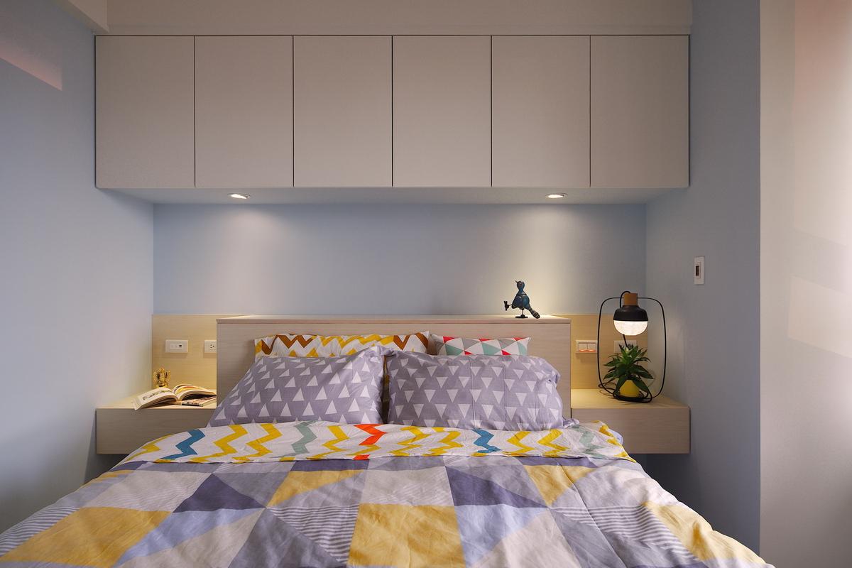 淺藍色牆面,格子被套,三角形紋枕頭套,