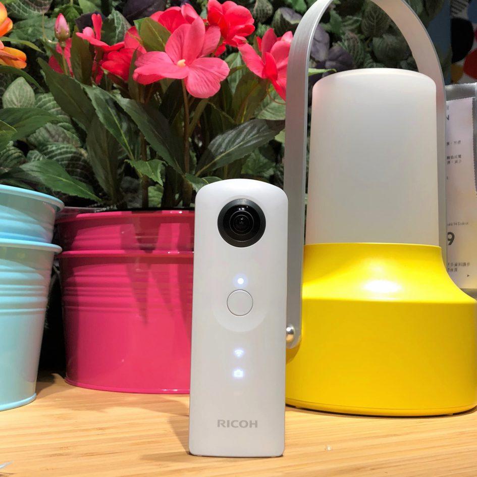 RICOH 360相機放置在實木桌上鮮花前