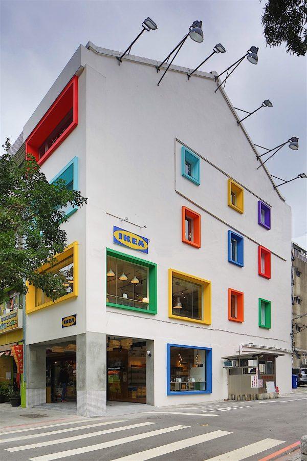 華山藝文中心旁的IKEA House 有著白色外牆彩色窗框的老屋建築