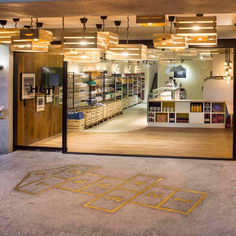 IKEA House 一樓騎樓店面玻璃,地板畫上跳格子線 使用水果木箱做成的吊燈燈罩
