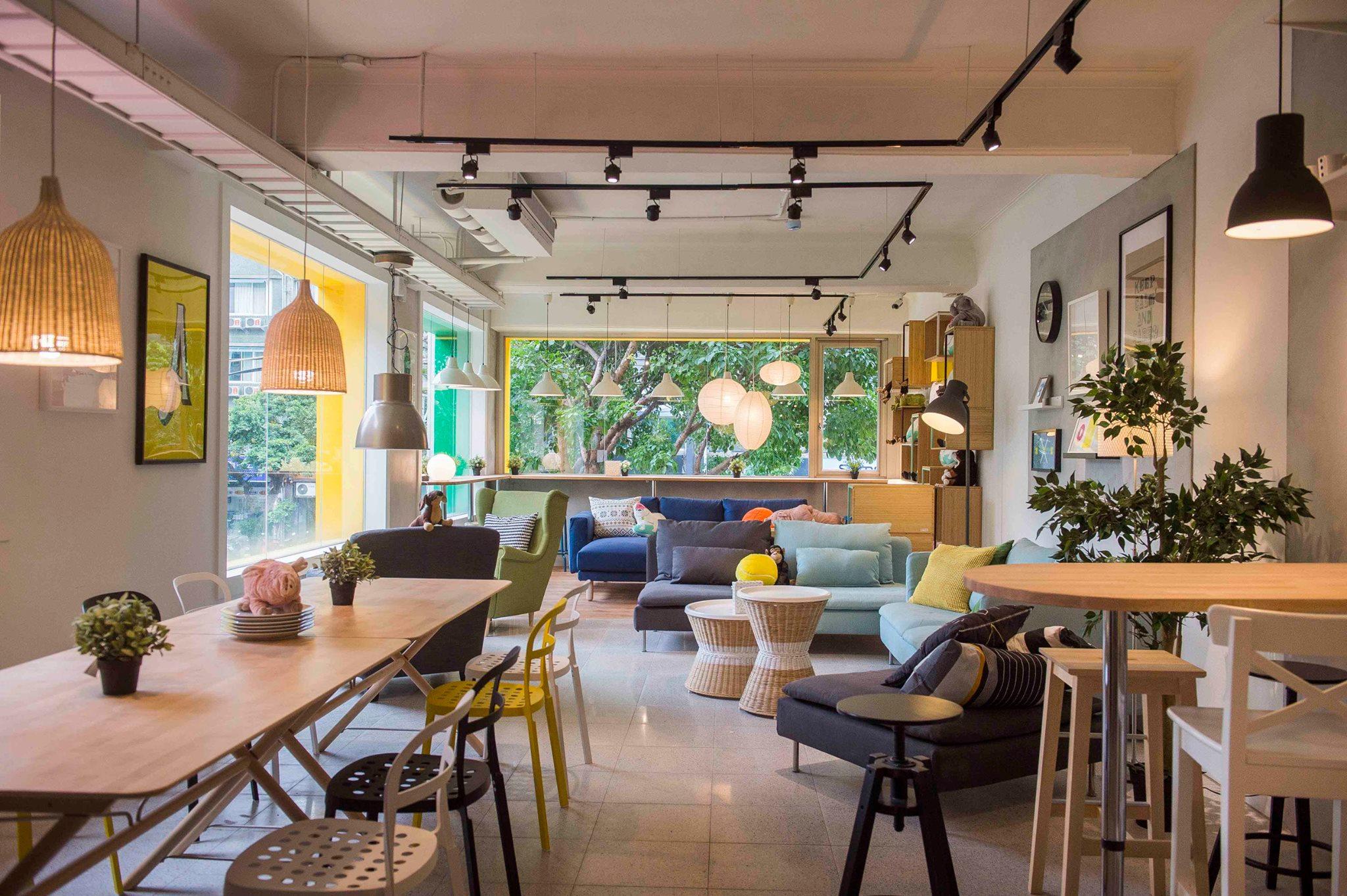 2樓沙發區有各式沙發、靠窗有吧台桌可以看風景喝咖啡, 還有舒適用餐區