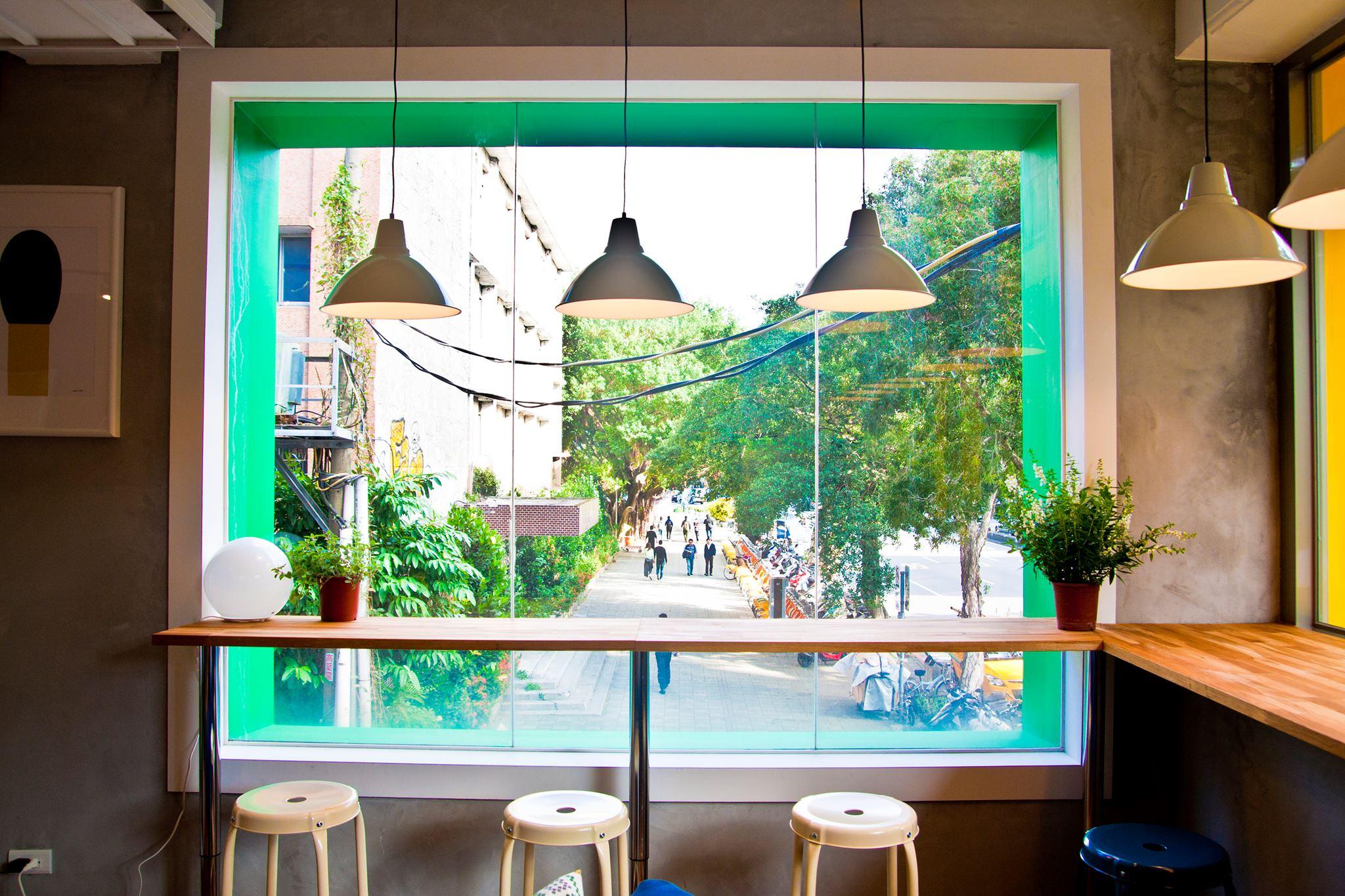 彩色綠色窗框直接看到外面視野良好