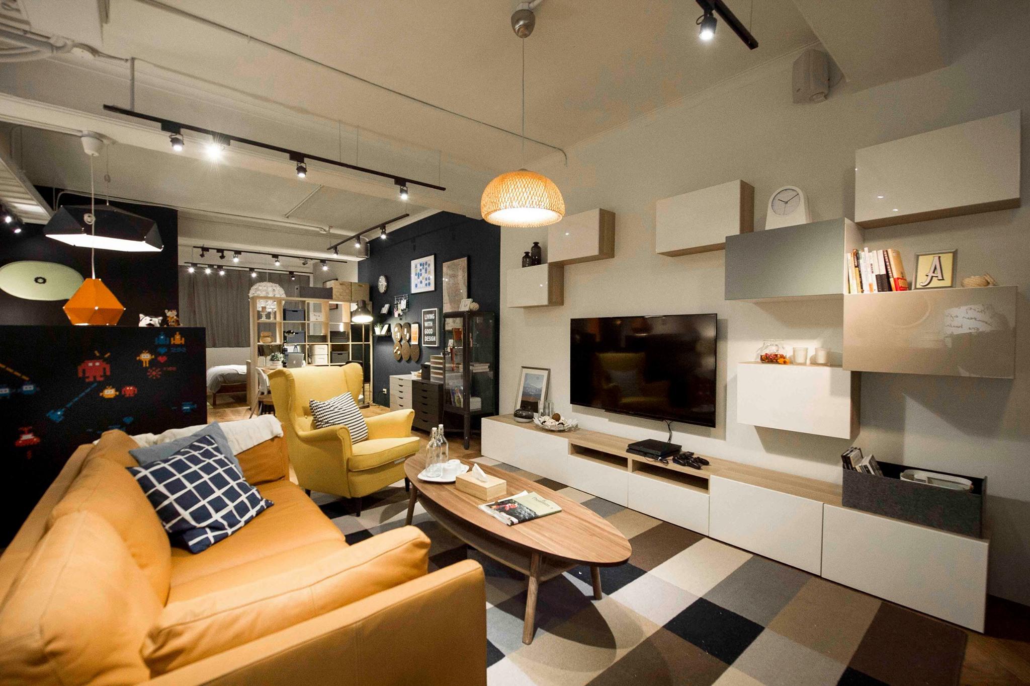 LED電視壁掛在牆壁上搭配橘色沙三人沙發 黃色單人沙發
