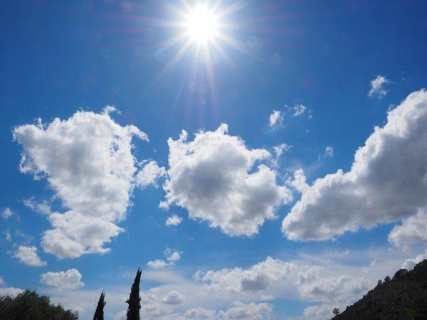 夏季艷陽高照高掛在藍色的天空中