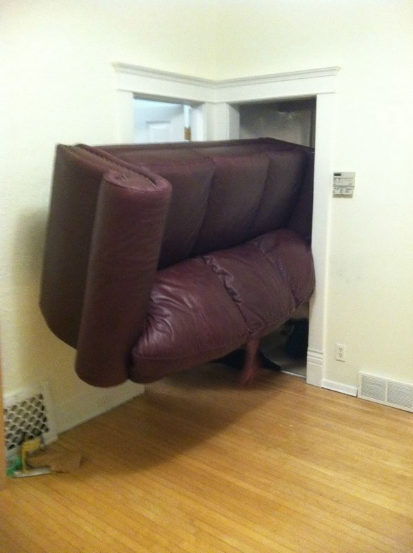 深紅色大沙發卡在房間門口